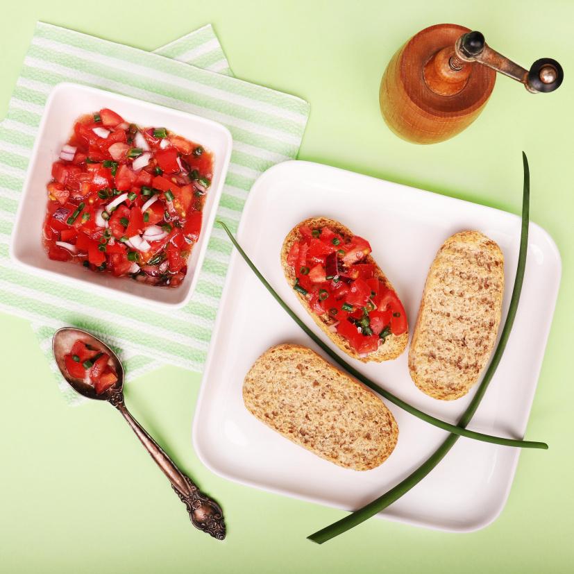 Bruschetta s paradajkami a bazalkou