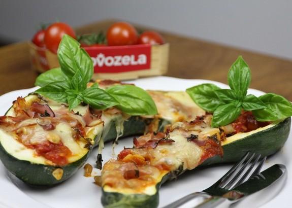 Zapekaná cuketa s mozzarelou, prosciuttom a paradajkami