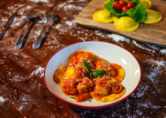 Domáce ravioli plnené ricottou s paradajkovou omáčkou