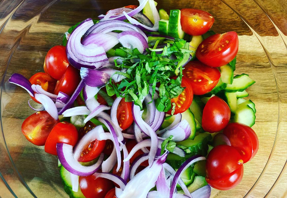 Uhorkovo-paradajkový šalát so zálievkou